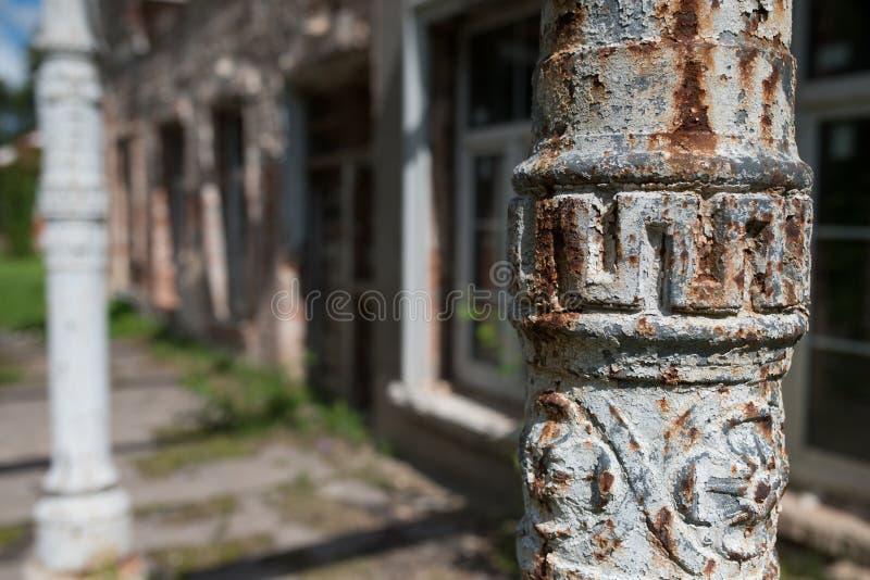 dettaglio di vecchia colonna greca sostenente metallica di stile in muro di mattoni immagini stock