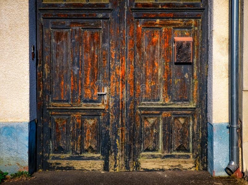 Dettaglio di vecchia entrata di legno stagionata della porta immagini stock libere da diritti