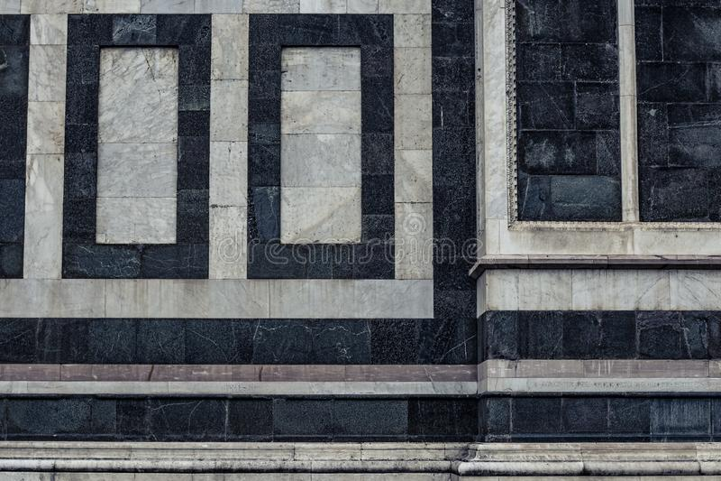 Dettaglio di vecchia parete di marmo della chiesa a Firenze, Italia fotografie stock libere da diritti