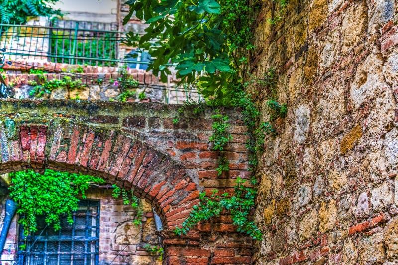 Dettaglio di vecchio arco in Toscana fotografia stock