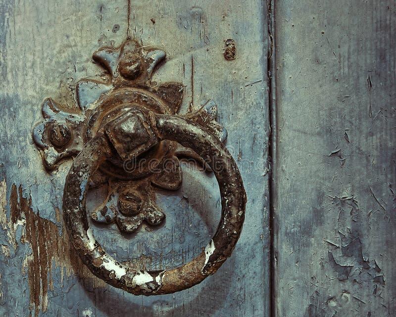 Dettaglio di vecchio battitore di porta immagini stock