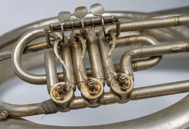 Dettaglio di vecchio corno francese arrugginito d'annata fotografie stock libere da diritti