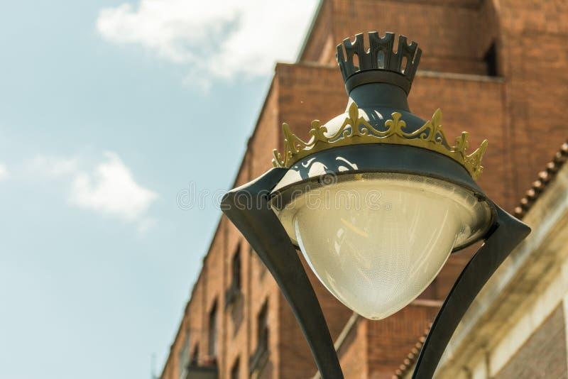 Dettaglio di vecchio palo della luce in città fotografia stock