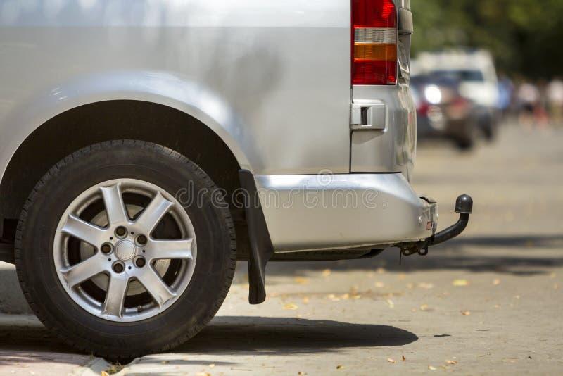Dettaglio di vista laterale del primo piano del furgone di lusso d'argento del minibus di dimensione media del passeggero con la  immagini stock libere da diritti