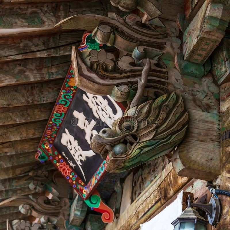 Dettaglio e segno del portone dell'entrata, Daeungjeon, del tempio buddistico coreano Beomeosa un giorno nebbioso Situato in Geum immagine stock libera da diritti
