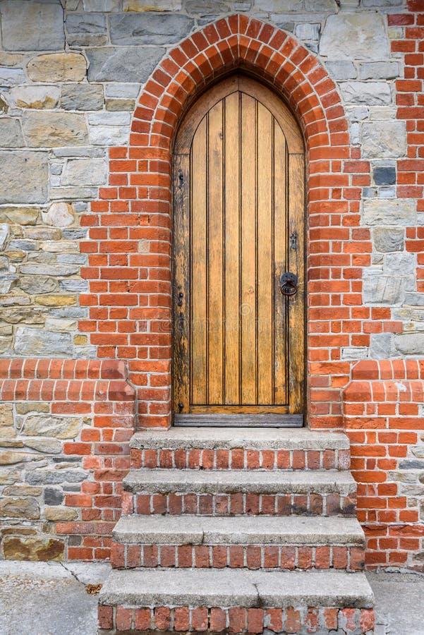 Dettaglio esteriore del mattone e della pietra della cattedrale della chiesa di Cristo, del mattone e delle scale concrete portan immagine stock libera da diritti