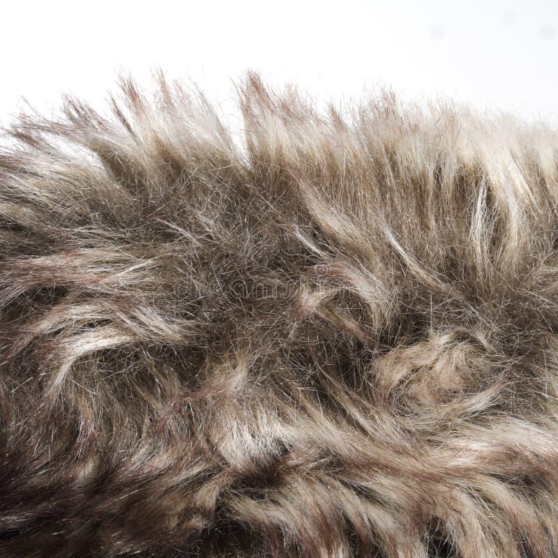 Dettaglio falso della pelliccia con il bordo, contro fondo bianco immagini stock
