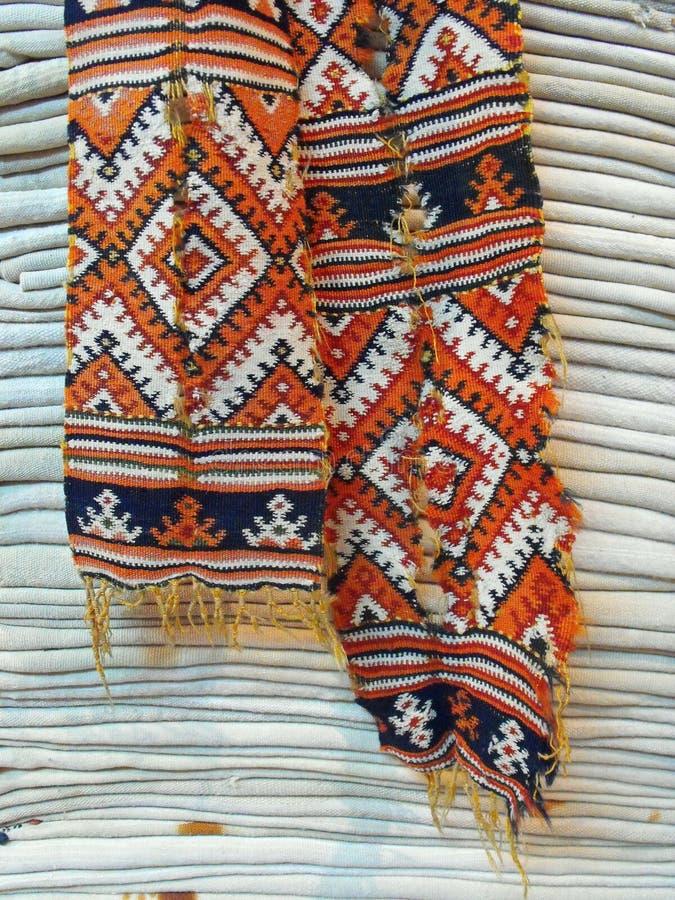 Dettaglio geometrico orientale della pila dei tessuti della lana del modello fotografia stock libera da diritti