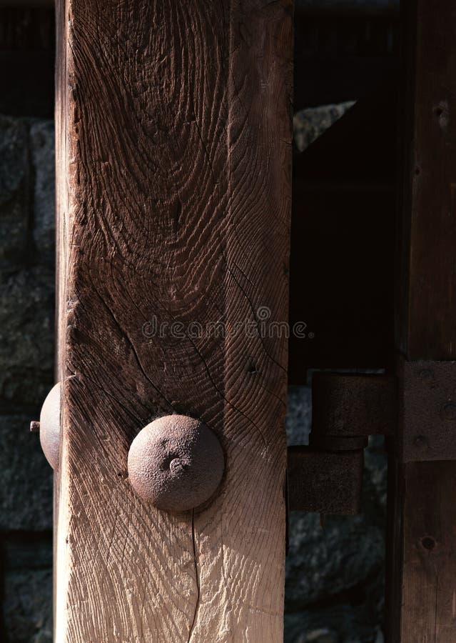 Dettaglio giapponese di legno di una porta con il fondo del dado e del bullone fotografia stock libera da diritti