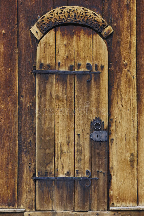Dettaglio medievale della porta della chiesa della doga di Lom Simbolo di Viking norway immagini stock