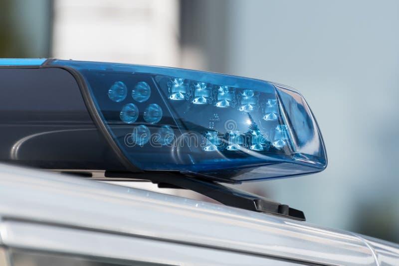 Dettaglio sparato di una luce blu su un volante della polizia immagini stock libere da diritti