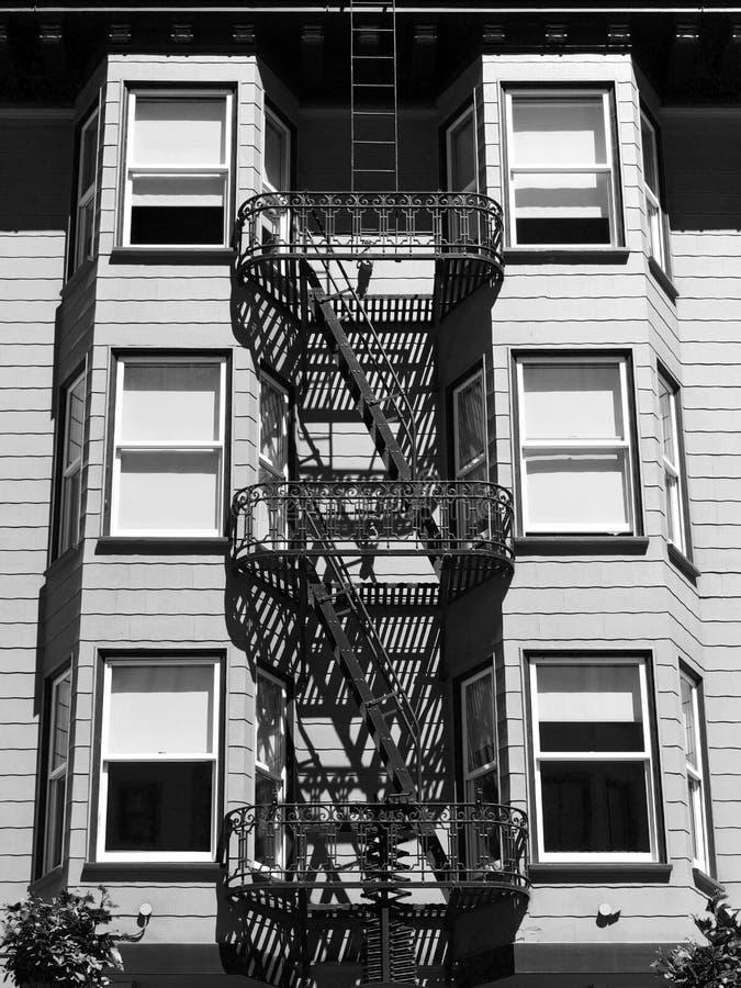 Dettaglio storico della costruzione con le scale dell'uscita di sicurezza - in bianco e nero immagine stock