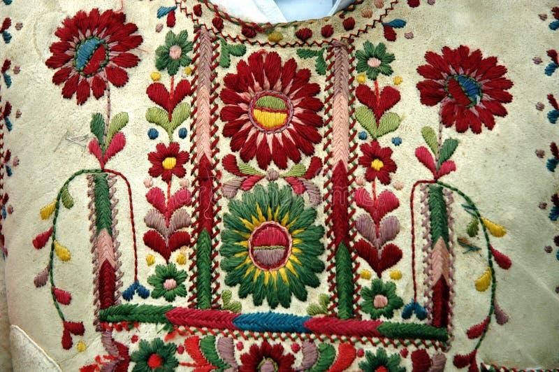 Dettaglio ungherese rumeno tradizionale del costume con il motivo del fiore fotografie stock libere da diritti