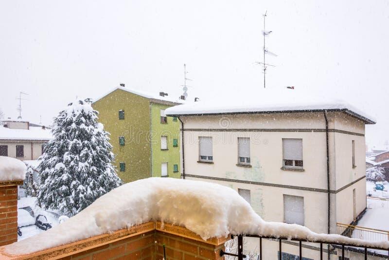 Dettaglio urbano di inverno durante le precipitazioni nevose intense fotografia stock libera da diritti