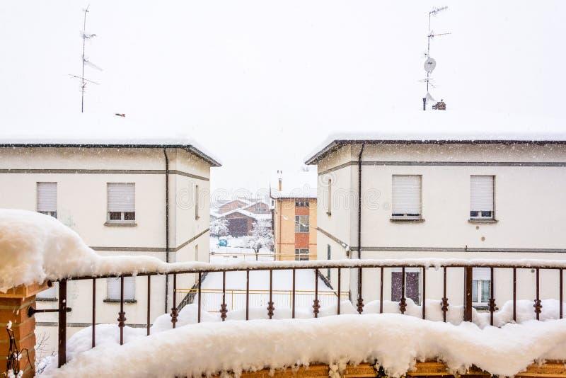 Dettaglio urbano di inverno durante le precipitazioni nevose intense fotografie stock