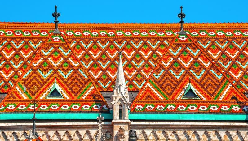 Dettaglio variopinto del tetto della st Matthias Chiesa cattolica in Budape immagine stock