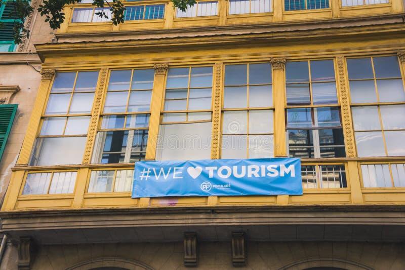 detturism banret 'älskar vi turism 'på en balkong i Palma de Mallorca, Balearic Island, Spanien royaltyfri foto