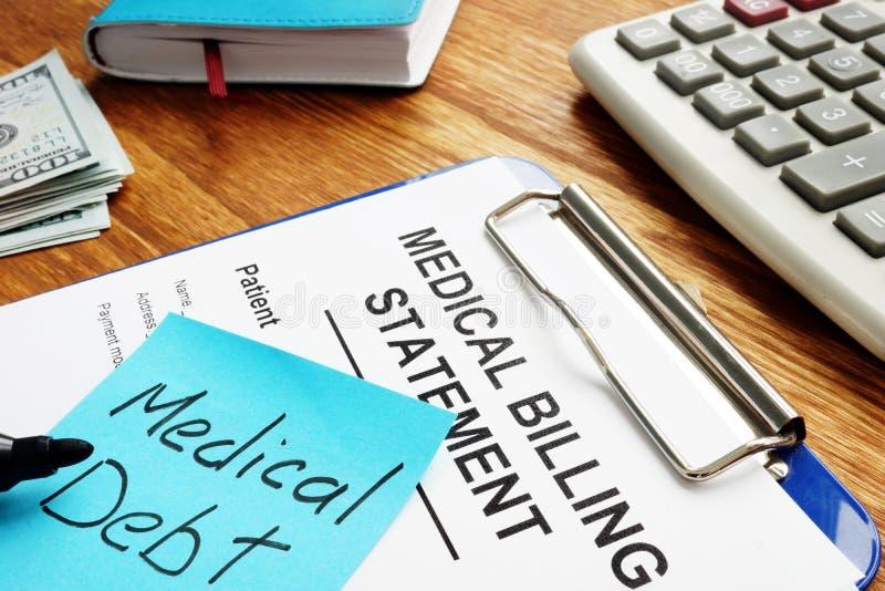 Deuda médica con la declaración de la facturación con el tablero foto de archivo libre de regalías