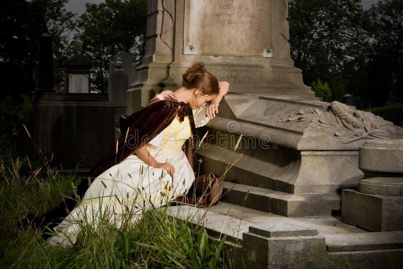 Deuil sur un tombeau image stock