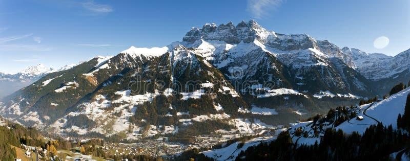 Deuken du die Midi Champery in Zwitserland overzien stock afbeeldingen