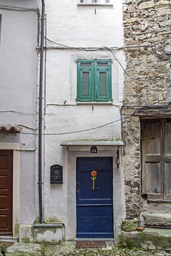 Deur aan elk in Castel Vittorio stock foto's