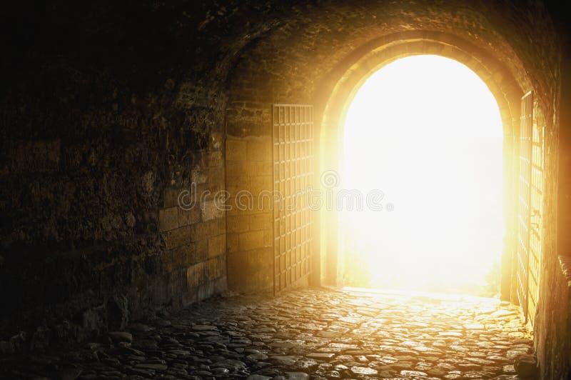 Deur aan hemel Overspannen passage open aan hemel` s hemel Licht op eind van de tunnel Licht op eind van de tunnel stock foto