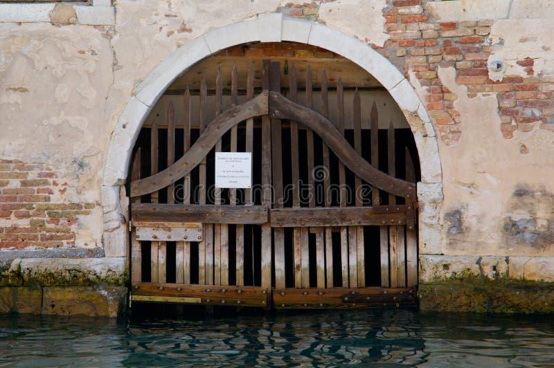 Deur bij het water in Venetië stock foto's