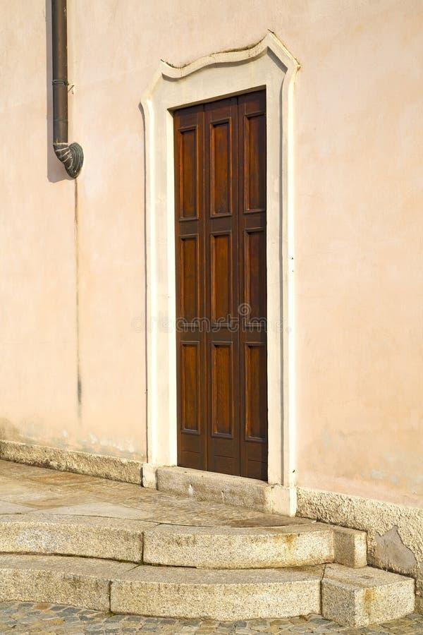 deur in de kolom van Italië Lombardije de koperwaterpijp stock foto