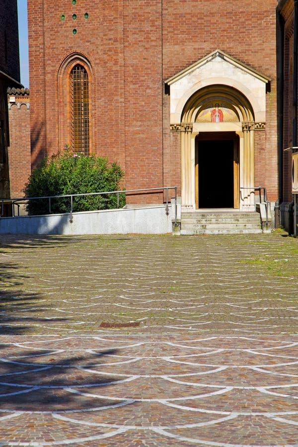 deur in de kolom van Italië Lombardije het gras van Milaan stock afbeeldingen