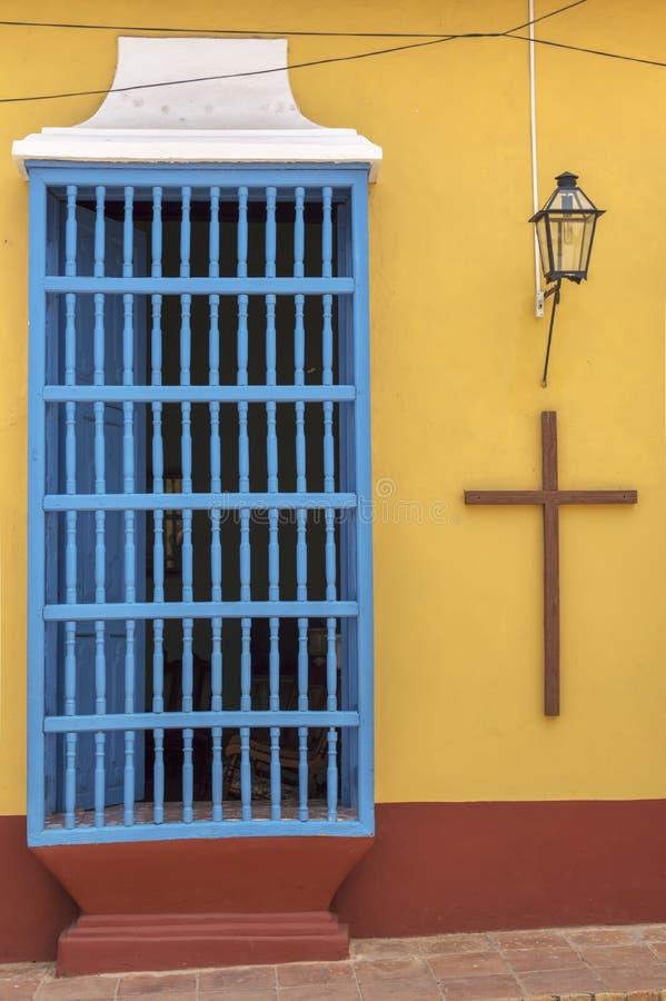 Deur en Christian Cross op een koloniaal huis in Trinidad, Cuba stock foto's