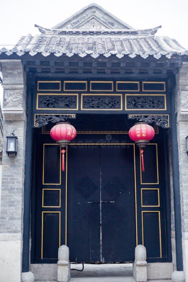 Deur en rode lantaarns stock afbeeldingen