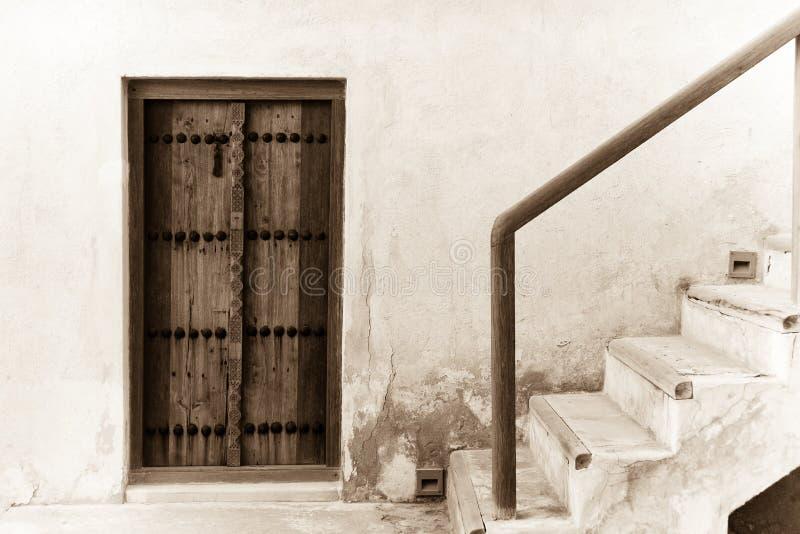 Deur en trap van traditioneel Arabisch huis stock afbeelding
