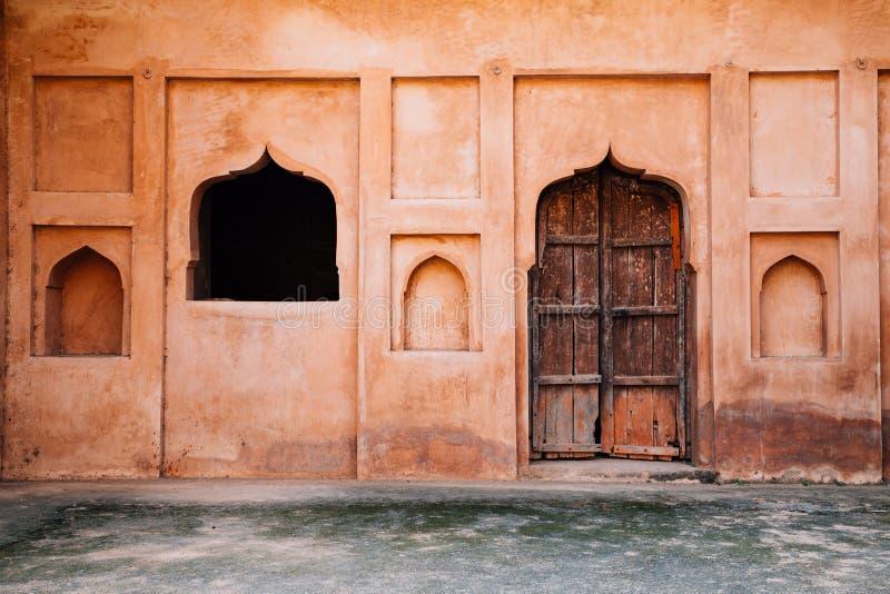 Deur en venster bij Orchha-Fort Raja Mahal in India stock afbeeldingen