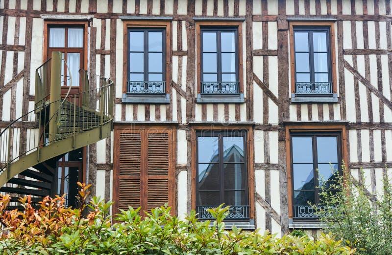 Deur en vensters in een middeleeuws gebouw stock foto