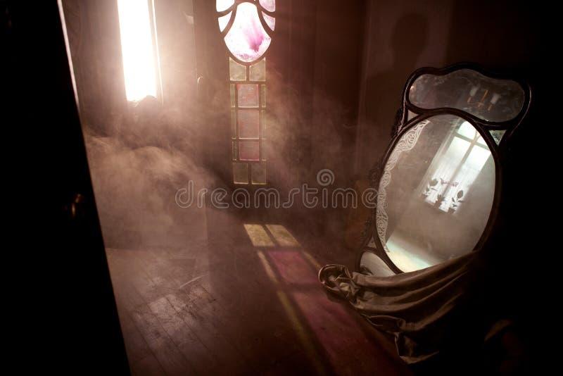 Deur en vensters in verlaten huis met grote spiegel stock foto