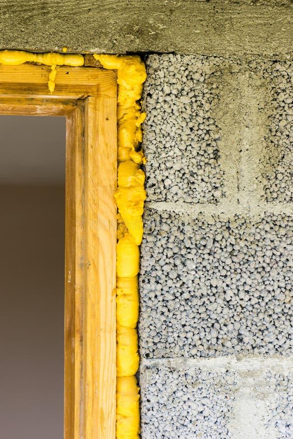 Deur in het blok wordt geïnstalleerd dat stock afbeeldingen