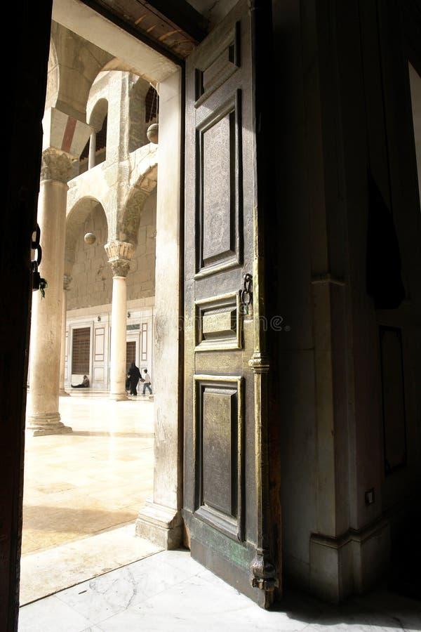 Deur in historische umayyadmoskee in Damascus stock foto