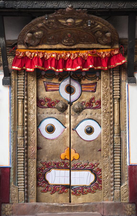 Deur met beeld van boze deity met drie ogen stock afbeelding