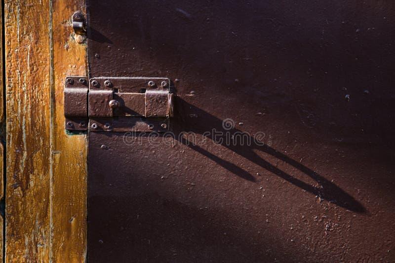 Deur met deadbolt voor sluiting in de stralen van licht stock foto's