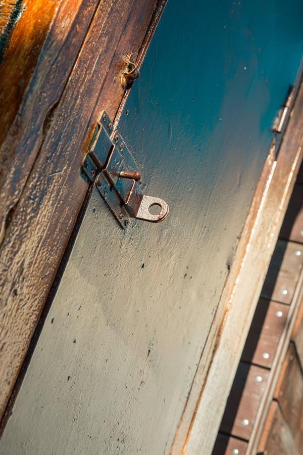 Deur met deadbolt voor sluiting in de stralen van licht stock afbeelding