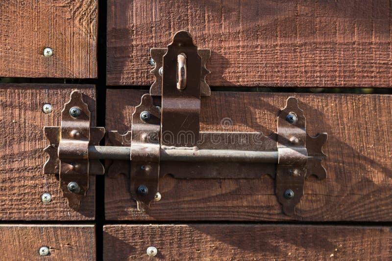 Deur met deadbolt voor sluiting in de stralen van licht royalty-vrije stock foto
