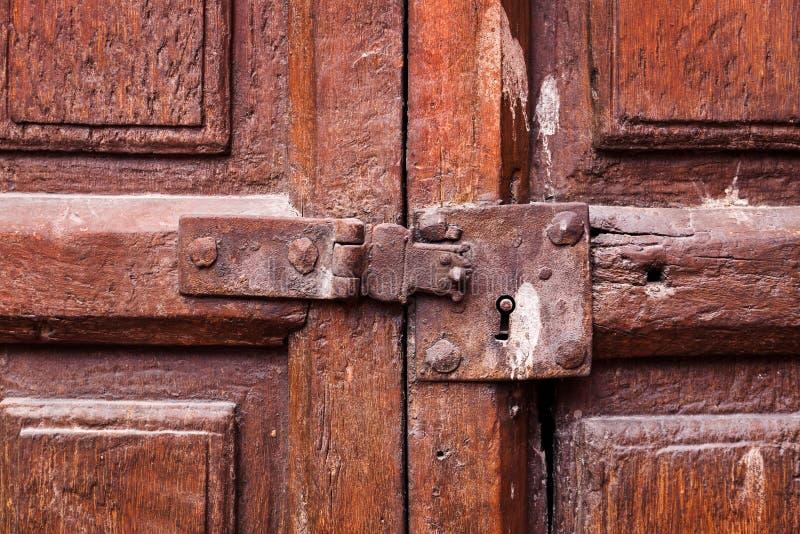deur met een sleutelgat en een klink royalty-vrije stock afbeelding