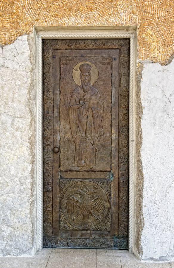 Deur met het beeld van St Basil Ostrogsky stock afbeeldingen
