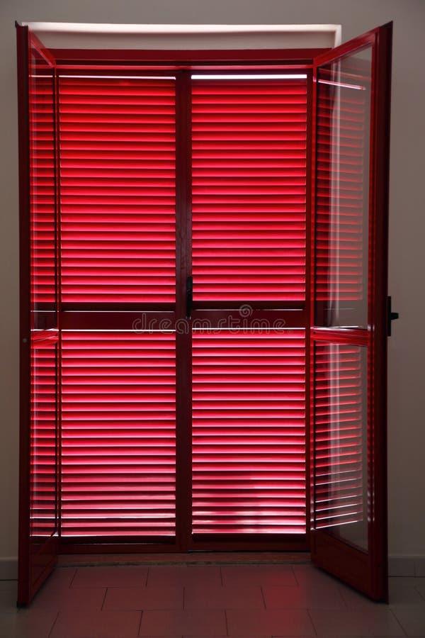 Deur op veranda die gesloten jaloezie is royalty-vrije stock foto's