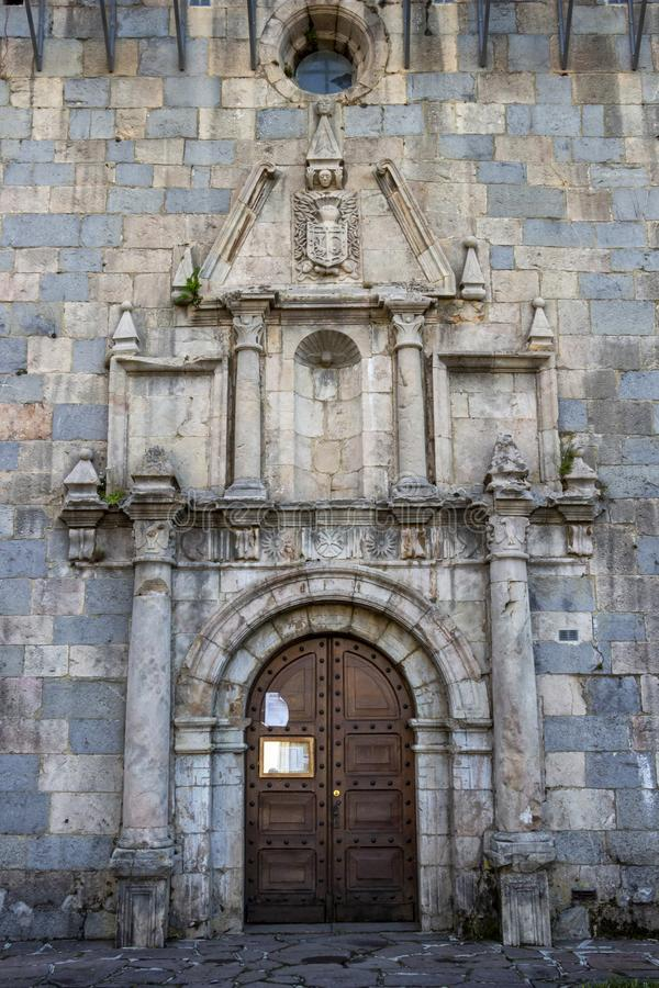 Deur van de Kerk St Nicolas de Bari in burguete-Auritz, Navarre, Spanje, architecturaal detail royalty-vrije stock foto