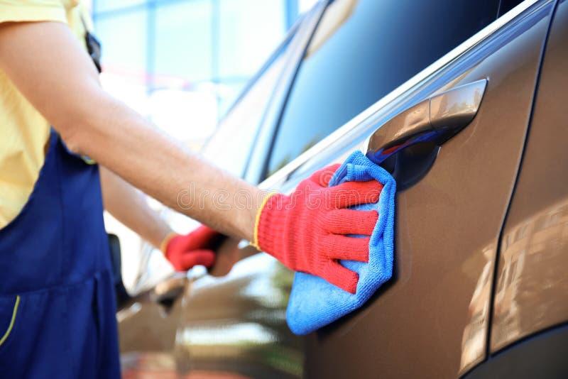 Deur van de mensen de schoonmakende auto met vod stock foto's