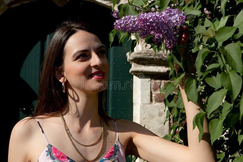 Deur van de syringamuur van de vrouwenzon lilac, Groot Begijnhof, Leuven, Belgi? royalty-vrije stock afbeeldingen