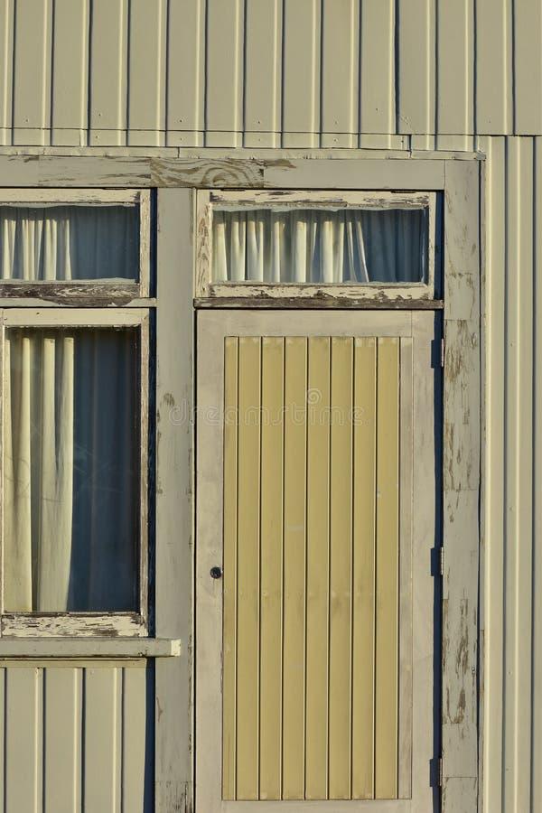 Deur van doorstaan huis stock foto