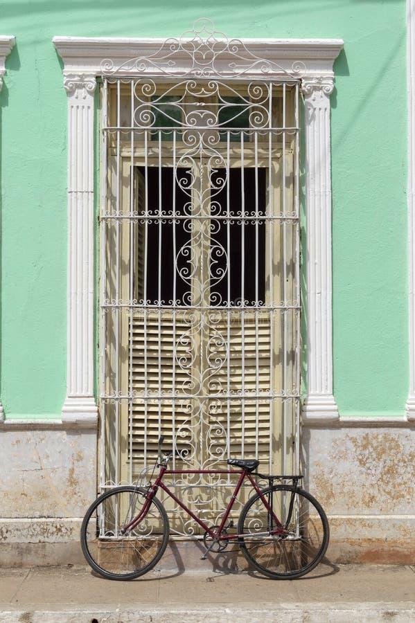 Deur van een koloniaal huis in Trinidad, Cuba stock foto's