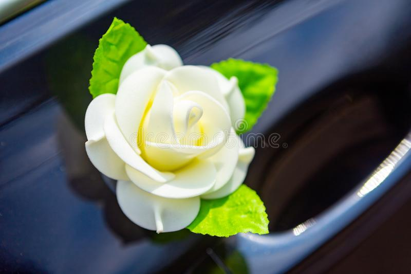 Deur van huwelijksauto met bloem en parels royalty-vrije stock foto's